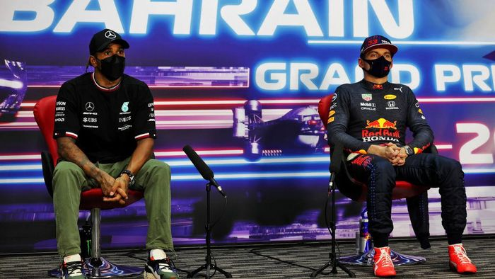 BAHRAIN, BAHRAIN - MARCH 27: Pole position qualifier, Max Verstappen of Netherlands and Red Bull Racing and Second placed qualifier, Lewis Hamilton of Great Britain and Mercedes GP  talk during a Press Conference after qualifying ahead of the F1 Grand Prix of Bahrain at Bahrain International Circuit on March 27, 2021 in Bahrain, Bahrain. (Photo by XPB Images - Pool/Getty Images)