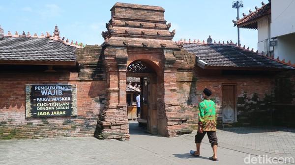 Peziarah lainnya dari Karawang, Jawa Barat mengatakan, dia bersama rombongan ziarah ke makam Wali Songo memang rutin dilakukan menjelang bulan Ramadan. (Dian Utoro Aji/detikTravel)
