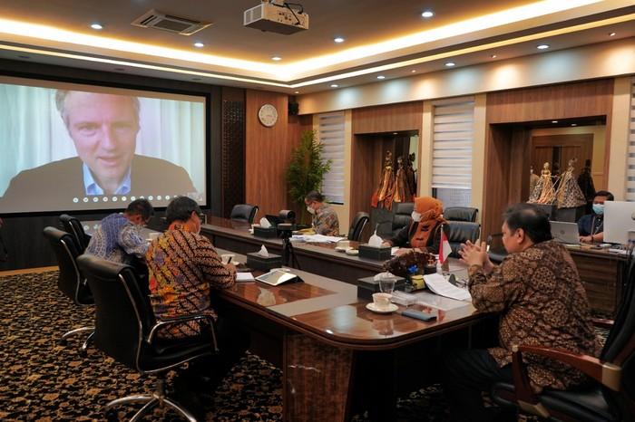Menteri Koordinator Bidang Perekonomian Airlangga Hartarto melakukan pertemuan secara virtual dengan Menteri Pasifik dan Lingkungan Inggris Right Honorable (Rt Hon.) Lord Zac Goldsmith.