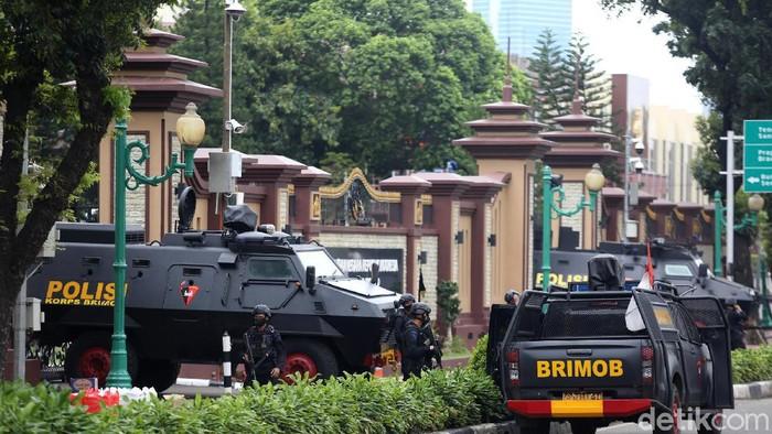 Penjagaan di Mabes Polri diperketat untuk penyerangan pada Rabu (31/4) kemarin. Mobil Rantis dan Brimob dengan senjata laras panjang disiagakan.