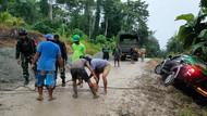 TNI Evakuasi Mobil Sembako Nyaris Masuk Jurang Sedalam 50 Meter di Wamena