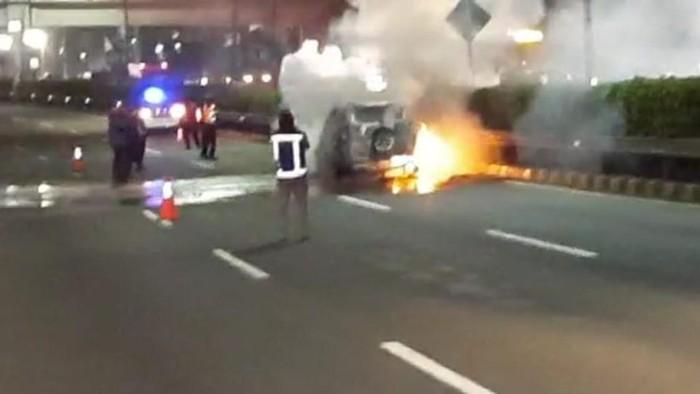 Satu unit kendaraan berupa mobil terbakar di Tol Dalam Kota arah Cawang malam ini. Kendaraan mobil terbakar itu memicu kemacetan panjang di Tol Dalam Kota arah ke Cawang.