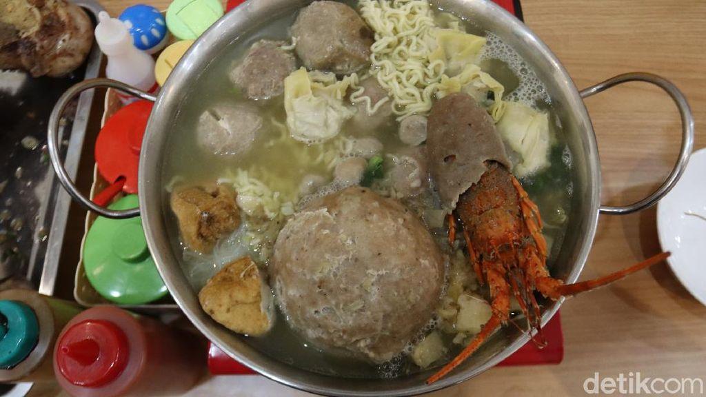 Mantap! Makan Bakso Lobster Sepanci yang Viral di Bandung