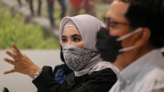 Sejumlah pekerja memantau distribusi dan ketersediaan pasokan BBM di Monitoring Digital SPBU di Legok, Kabupaten Tangerang, Banten, Rabu (31/3/2021). PT Pertamina (Persero) memastikan ketersediaan pasokan dan distribusi Bahan Bakar Minyak (BBM) nasional dalam kondisi aman pascainsiden terbakarnya tangki T-301 di Kilang Balongan, Jawa Barat. ANTARA FOTO/Fauzan/wsj.