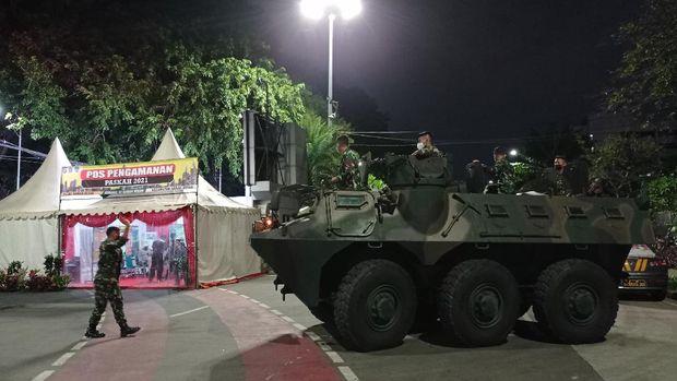 Sejumlah personel TNI tiba ke Gereja Katedral Jakarta. Mereka datang mengendarai dua kendaraan taktis atau rantis Panser Anoa untuk pengamanan Pekan Suci Paskah.