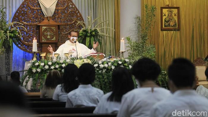 Umat Katolik mejalankan ibadah misa Kamis Putih rangkaian hari raya Paskah di Gereja Santo Alfonsus Nandan, Sleman, Yogyakarta, Kamis (1/4/2021).