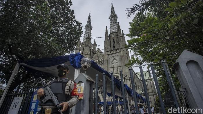 Petugas gabungan TNI Polri melakukan penjagaan di Gereja Katedral Jakarta, Kamis (1/4/2021).