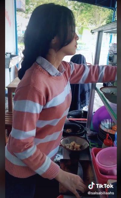 Hebat! Gadis Cantik 17 Tahun Ini Tak Gengsi Jualan Mie Kopyok