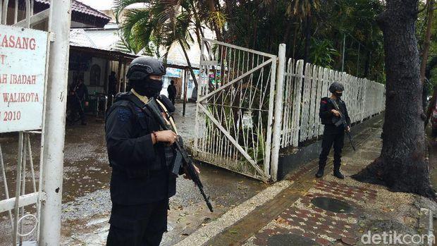Polisi perketat pengamanan di Gereja Katedral, Makassar (Hermawan/detikcom).