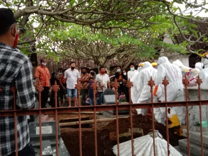 Proses pemakaman warga di Desa Jombor Kecamatan Ceper, Klaten, Rabu (31/3/2021).