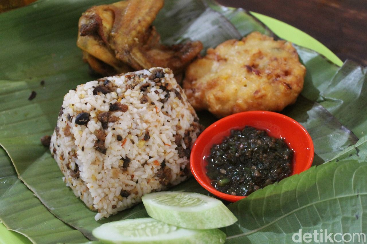 Raos Pisan! Nasi Tutug Oncom dengan Lauk Ayam Goreng di Pamulang