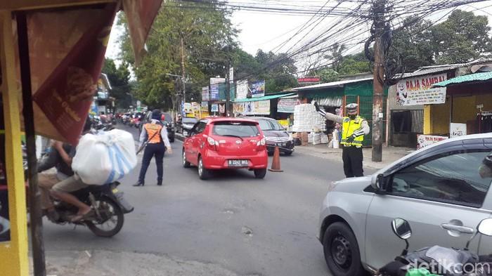 Suasana lalu lintas Jl Moh Kahfi I dekat persimpangan Jl Brigif-Jl Warung Silah, 1 April 2021, pukul 17.30 WIB. (Afzal Nur Iman/detikcom)
