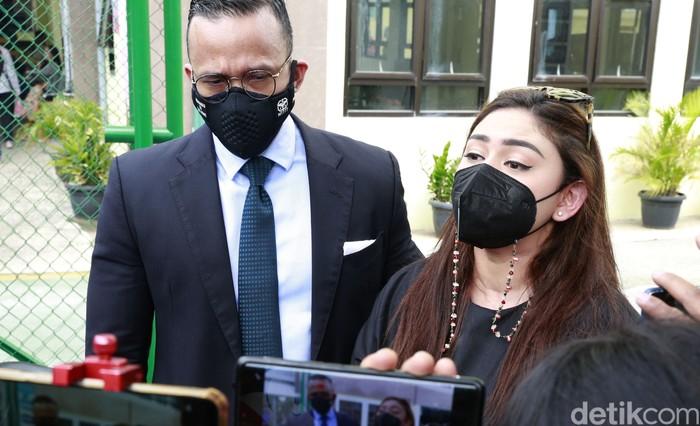 Thalita Latief bersama kuasa hukum Maruli Tampubolon saat ditemui usai sidang cerai di Pengadilan Agama Jakarta Pusat, Jakarta, Kamis, (1/04/2021).