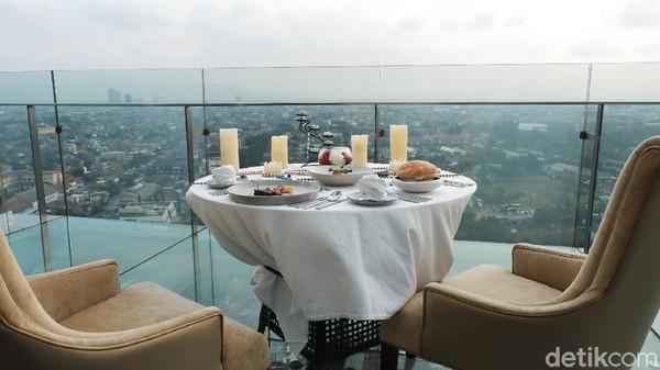 Traveler bisa menikmati hidangan ala Prancis sembari ditemani pemandangan dari ketinggian lantai 18 The Trans Luxury Hotel. Menjelang malam, city light Kota Bandung makin menambah keelokannya.