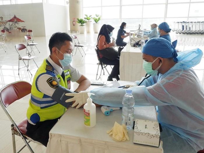 Vaksinasi ratusan petugas Yogyakarta International Airport (YIA), Kamis (1/4/2021).