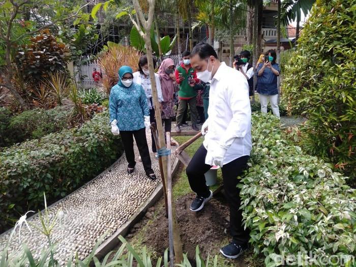 Wali Kota Surabaya Eri Cahyadi mendukung penuh kegiatan Yayasan Paliatif Surabaya. Sebab menurutnya, salah satu obat kanker ialah bahagianya hati.