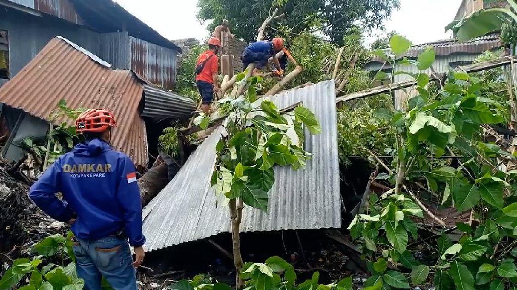 Angin Kencang Hantam Parepare: Rumah Rusak, Pohon Bertumbangan