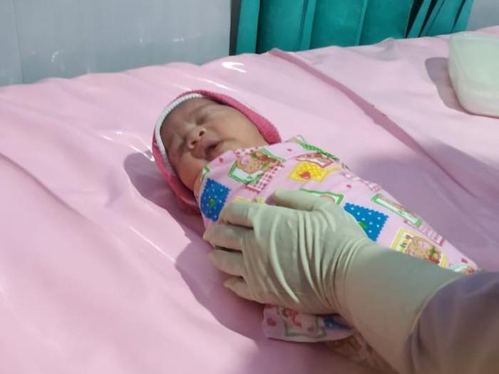 Sesosok bayi perempuan ditemukan warga Desa Kaligondo, Kecamatan Genteng. Bayi tersebut ditemukan di depan toko Jalan Sanusi, Desa setempat.