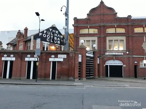 Stadion Craven Cottage, markas Fulham FC di Stevenage Road, London