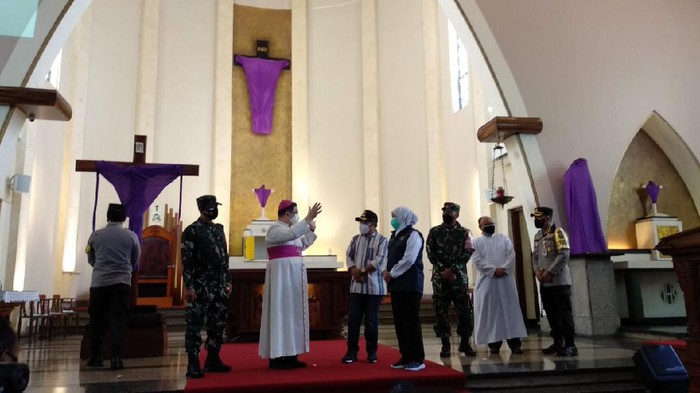 Forkopimda Jatim meninjau pengamanan Jumat Agung di Gereja Katedral St Maria Gunung Karmel di Jalan Ijen, Kota Malang. Pengamanan super ketat diberlakukan untuk menjamin ibadah Paskah berjalan aman dan damai.