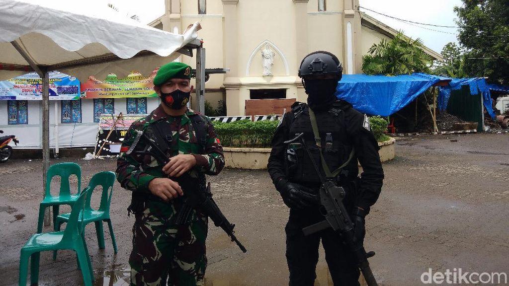 Jumat Agung di Gereja Katedral Makassar, Puluhan Prajurit TNI Berjaga