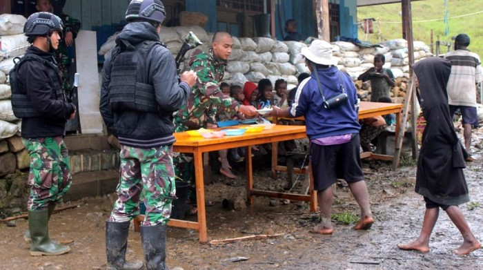 Prajurit Kodam III Siliwangi menggelar kegiatan Jumat Berkah di Distrik Mbua, Kabupaten Nduga, Papua. Kegiatan itu dilakukan disela-sela misi Satgas Penyangga Mobile Yonif 310/KK Sukabumi, yang berlangsung sejak 12 Oktober 2020 lalu.