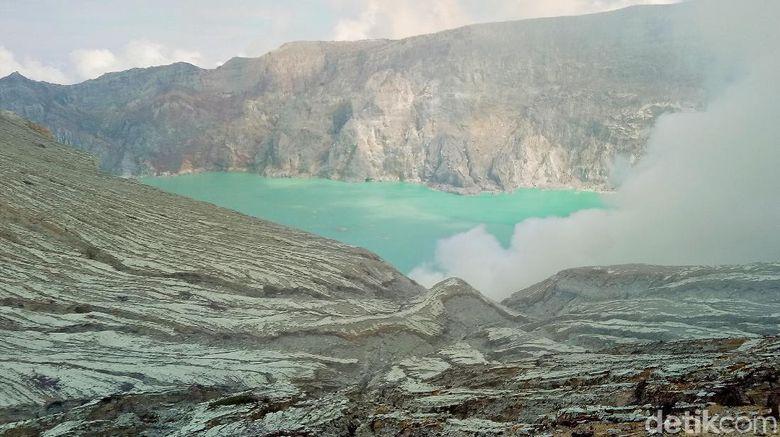 Wisatawan mancanegara (wisman) bisa kembali menikmati keindahan Taman Wisata Alam (TWA) Kawah Ijen. Sebelumnya, gunung dengan pemandangan kawah hijau tosca itu ditutup untuk wisman sejak awal pandemi COVID-19.