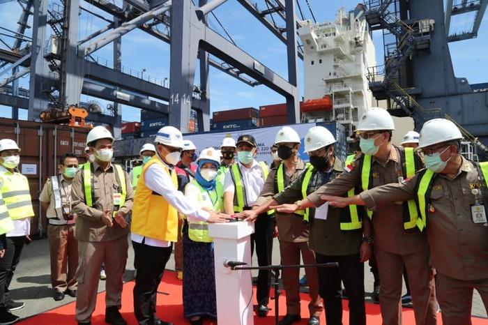 Menteri Pertanian Syahrul Yasin Limpo melepas ekspor berbagai komoditas pertanian yang ditujukan ke 41 negara di Terminal Kontainer Jakarta Internasional (JICT), Pelabuhan Tanjung Priok.