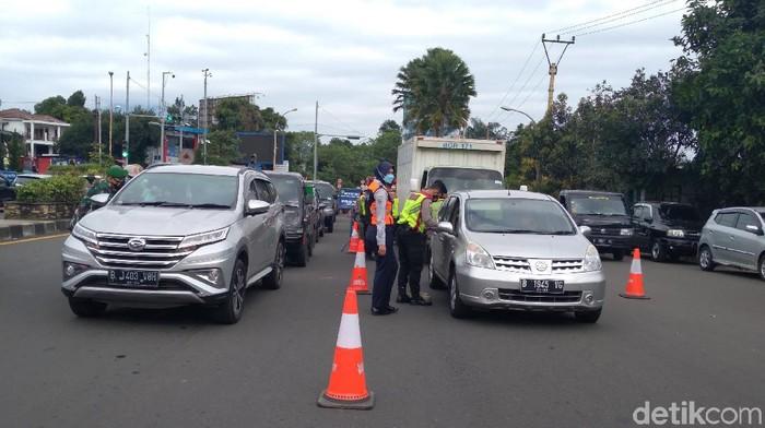 Kendaraan Wistawan di Puncak Bogor