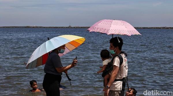 Saat libur panjang yang dimulai hari ini Jumat (2/4) hingga Minggu (4/4) membuat Pantai Ancol ramai dikunjungi wisatawan.