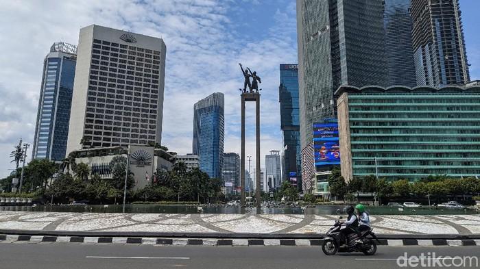 Arus lalu lintas terpantau ramai lancar di Jalan Sudirman, Jakarta, Jumat (2/3/2021)  bertepatan dengan hari raya Paskah, kenaikan Isa Almasih.