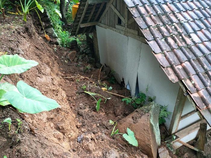Hujan deras yang terjadi lebih dari lima jam mengakibatkan tanah longsor di dua titik di Trenggalek. Dampaknya satu rumah warga rusak.