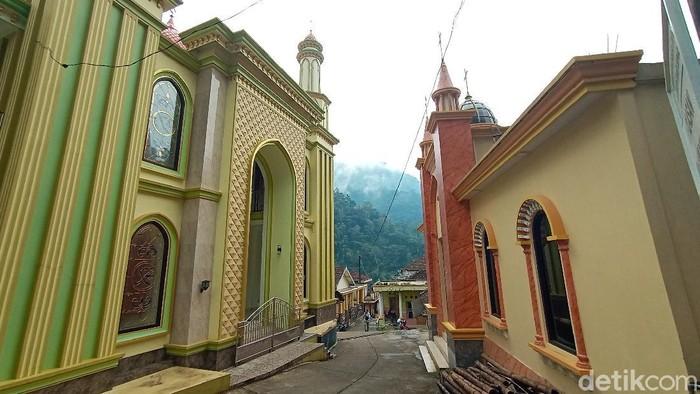 Masjid dan gereja di berdampingan di Desa Tempur, Keling, Jepara