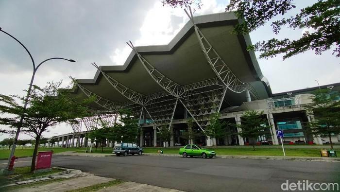 Bandara Internasional Jawa Barat Kertajati, Majalengka, masih terus menjadi pembahasan banyak orang karena kondisinya yang sepi. Begini penampakan sepinya bandara tersebut.