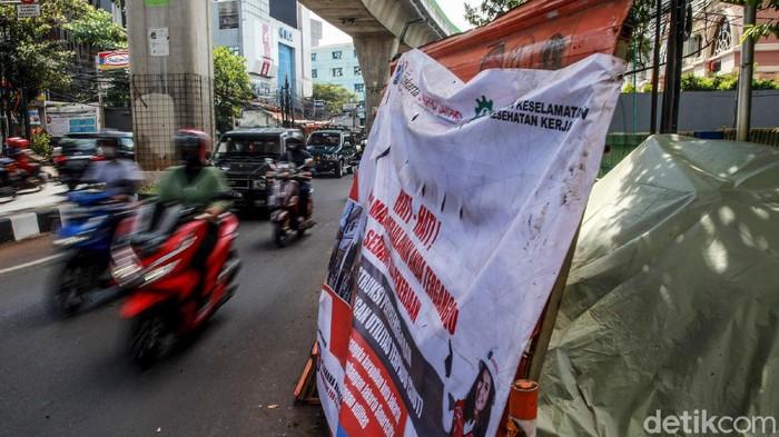 Kendaraan beringsut melintasi proyek galian utilitas yang menyebabkan kemacetan di Jl Kapten Tendean, Jakarta Selatan, Jumat (2/4/2021). Warga berharap proyek pengerjaan galian tersebut dipercepat untuk mengurangi dampak kemacetan bottleneck. Galian menyisakan satu lajur jalan sehingga mengakibatkan kemacetan.