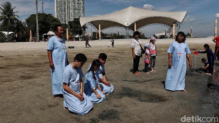 Umat Nasrani dari Gereja Bethel Indonesia melakukan Pembabtisan Selam Jumat Agung di kawasan Pantai Ancol, Jakarta Utara, Jumat (2/4).