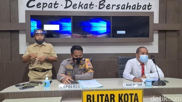 Ada pemandangan berbeda saat rilis kasus di Mapolresta Blitar. Seorang juru bahasa isyarat tampak hadir di saat kapolresta memaparkan hasil penyelidikan kasus di depan wartawan.