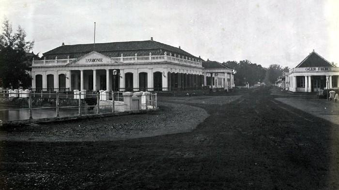 Puluhan bahkan mungkin ratusan gedung peninggalan Belanda sudah berubah bentuk, berikut foto-foto gedung kolonial yang sudah hilang di Jakarta.