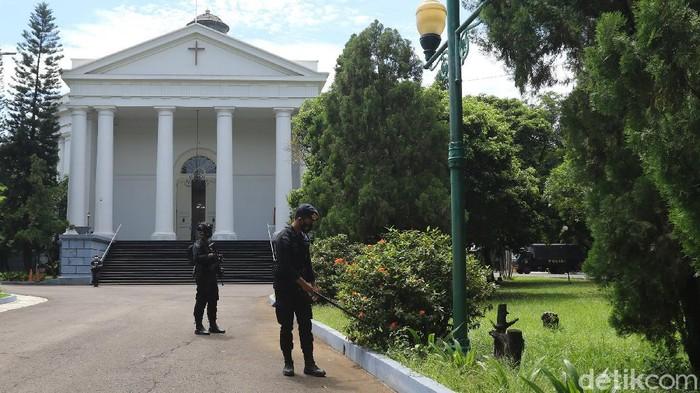 Personel gabungan berjaga di depan Gereja Immanuel, Gambir, Jumat (2/4/2021). Penjagaan ketat dilakukan untuk kenyamanan umat jelang ibadah Paskah
