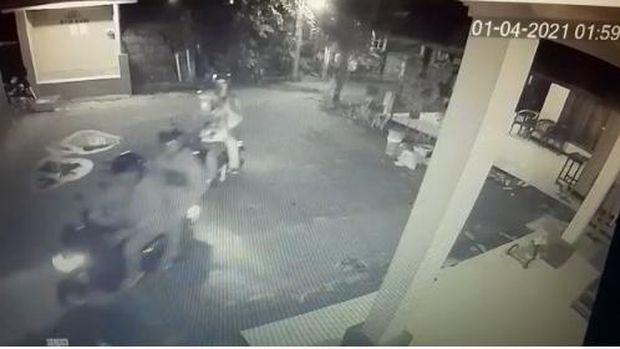 Rekaman CCTV Detik-detik Pelemparan Batu ke Rumah Ketum PA 212