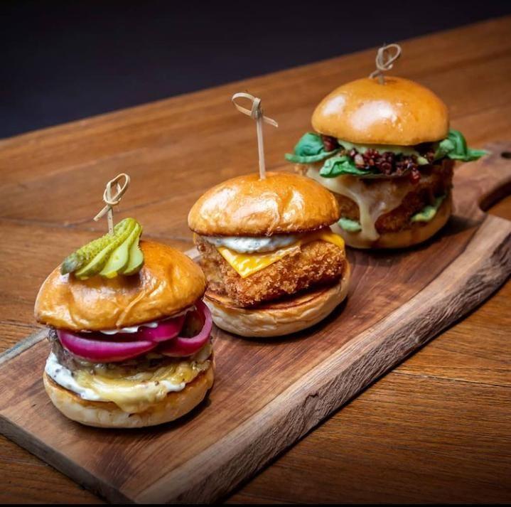 Di 5 Tempat Ini Bisa Makan Burger Premium Sambil Nongkrong
