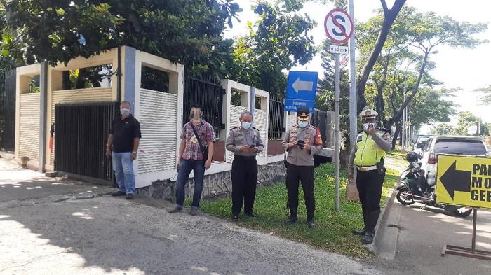 Suasana pengamanan di depan Gereja Santo Albertus, Medan Satria, Bekasi (Afzal-detikcom)