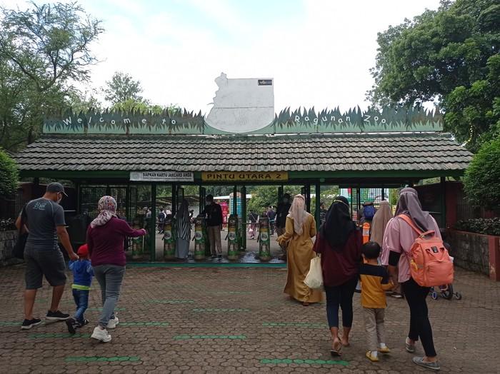 Suasana Taman Margasatwa Ragunan saat hari pertama libur Paskah (Wilda-detikcom)