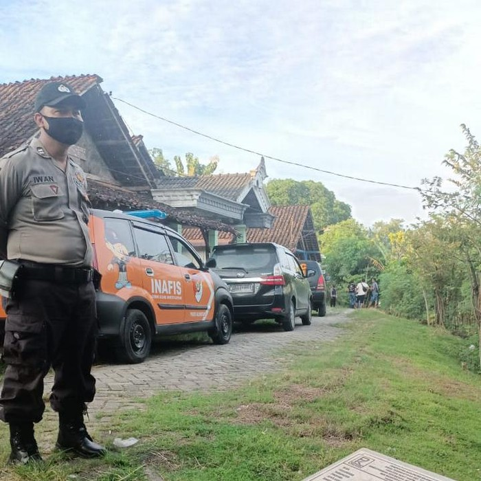 Densus 88 menangkap seorang terduga teroris di Kudus, Jawa Tengah. Rumahnya di Bojonegoro kemudian digeledah.