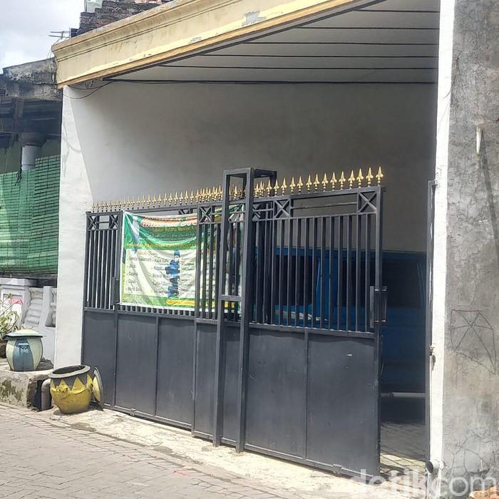 Tim Densus 88 Antiteror menangkap seorang terduga teroris di Surabaya. Usai penangkapan, penggeledahan rumah yang bersangkutan pun dilakukan.