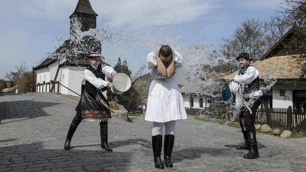 Setiap hari Paskah warga di Holloko, desa kecil di Hungaria yang mendapat gelar Situs Warisan Dunia UNESCO sejak tahu 1987 menjalani serangkaian tradisi unik.