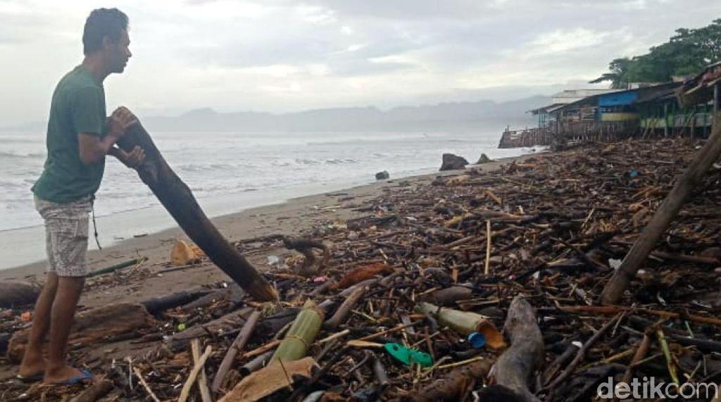 Sampah Kayu Menumpuk di Pesisir Palabuhanratu Sukabumi