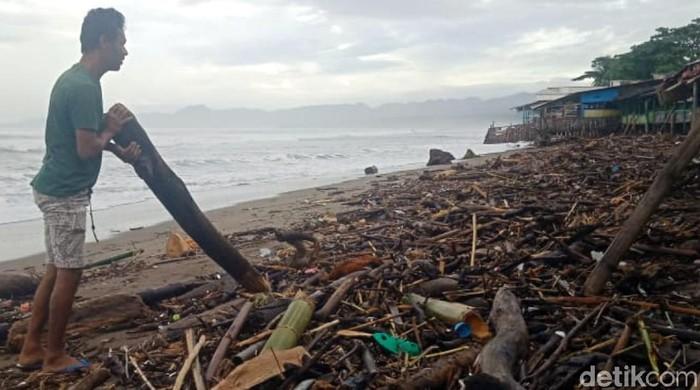 Tumpukan Sampah Kayu di Pantai Palabuhanratu