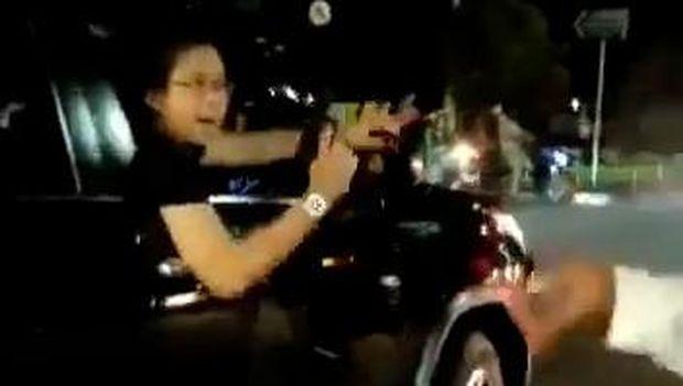Viral! Pengendara Fortuner Acungkan Pistol di Duren Sawit