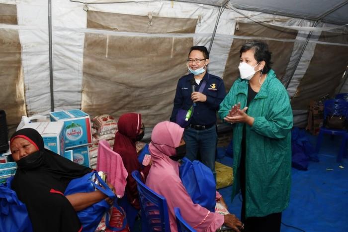 Wakil Ketua MPR Lestari Moerdijat menyerahkan bantuan 7.000 paket sembako untuk korban likuifaksi petobo.